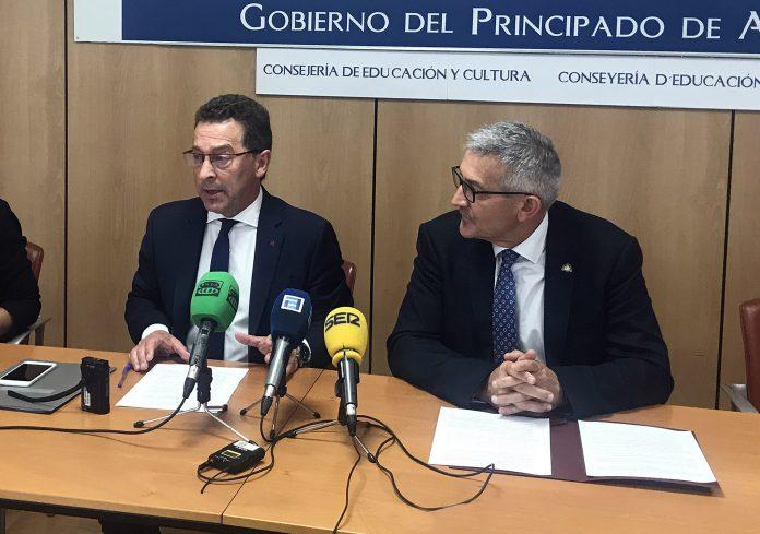 El conseyeru d'Educación y Cultura, Genaro Alonso, y el rector de la Universidá d'Uviéu, Santiago García, en rueda de prensa.