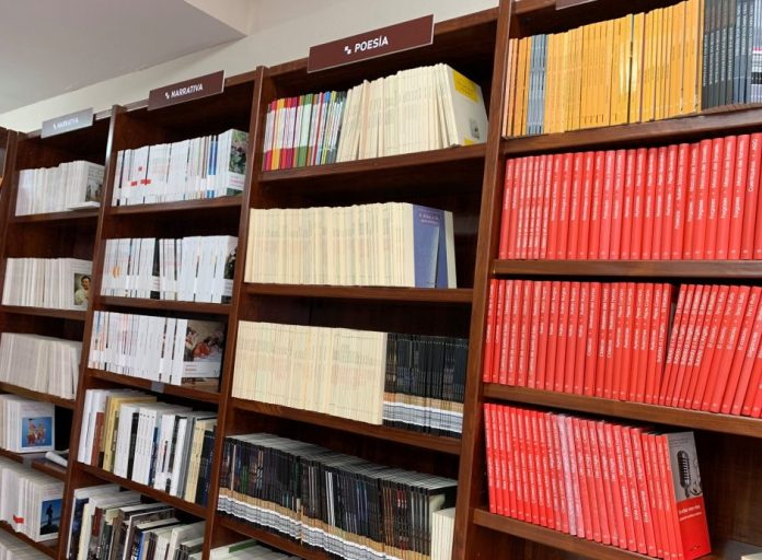 Estanteríes de la nueva llibrería. / Trabe