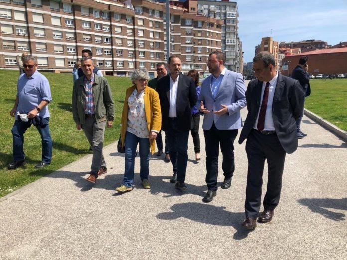 José Luís Ábalo visitó'l 'solarón' xunto a Iván Fernández Ardura, Ana González, Adrián Barbón y Fernando Lastra. / PSOE