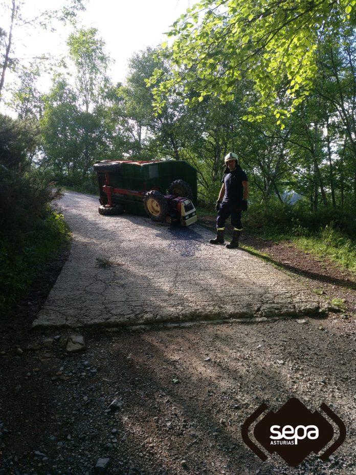 Un home mancáu al entornar col so tractor en Casu. / SEPA
