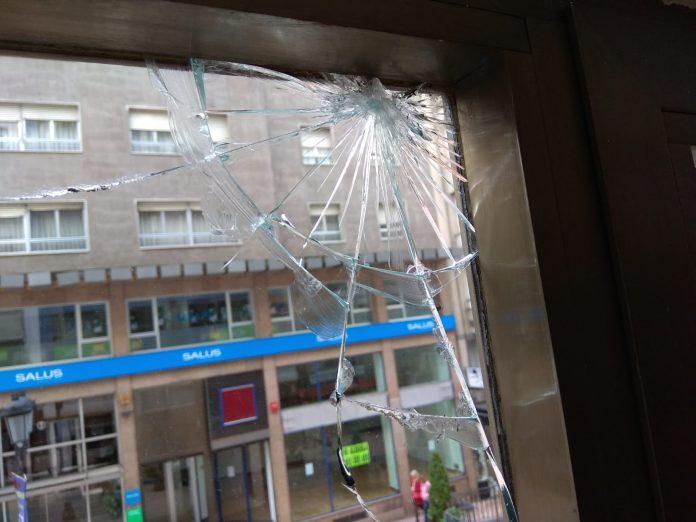 Una de les ventanes de la sede rota d'una pedrada. / C's