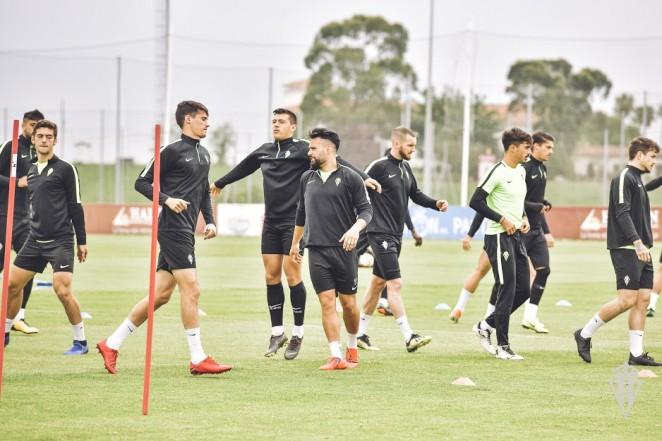Un momentu del entrenamientu del Sporting en Mareo. / Juan Llavio (Real Sporting)