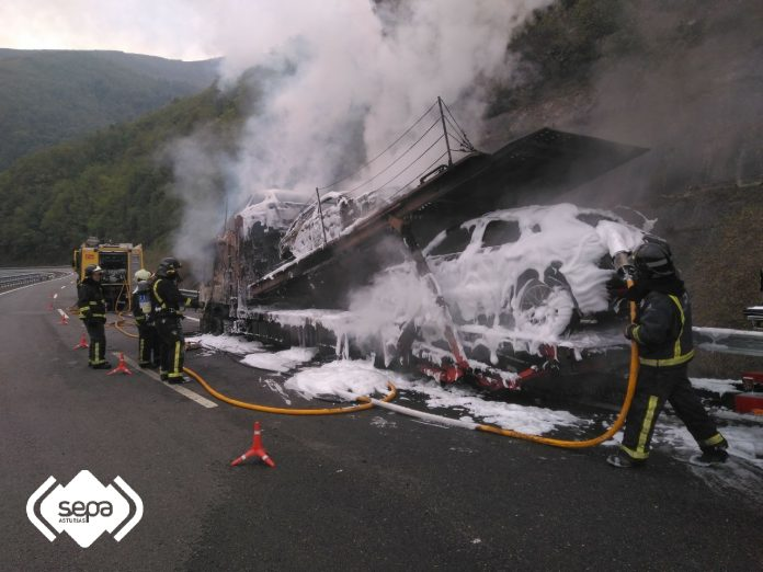 Estáu nel que quedó'l vehículu incendiáu. / SEPA