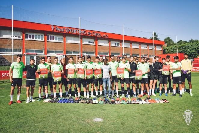 La plantiya del Sporting con Abdou. / Juan Llavio (Real Sporting)