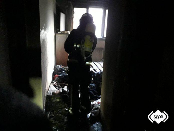 Un home de 36 años, mancáu por quemadures nel incendiu d'un pisu n'Avilés. / SEPA