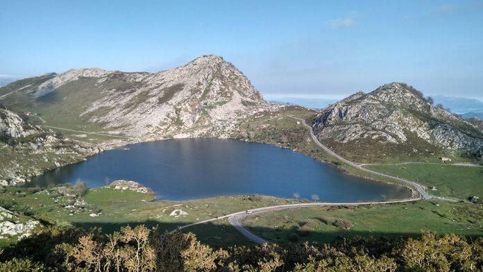 El plan especial de tresporte públicu a los llagos de Cuadonga, activu hasta'l 16 d' ochobre. / I. L.
