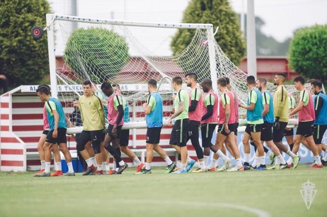 Un momentu del entrenamientu del Sporting d'esta mañana. / Pablo Albalá (Real Sporting)