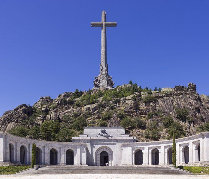 La Sección Cuarta de la Sala III del Tribunal Supremu decidió por unanimidá suspender cautelarmente l'esterramientu de los restos de Francisco Franco Bahamonde