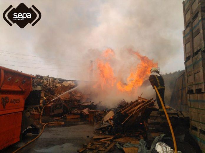 Un incendiu xamusca una nave en Gozón