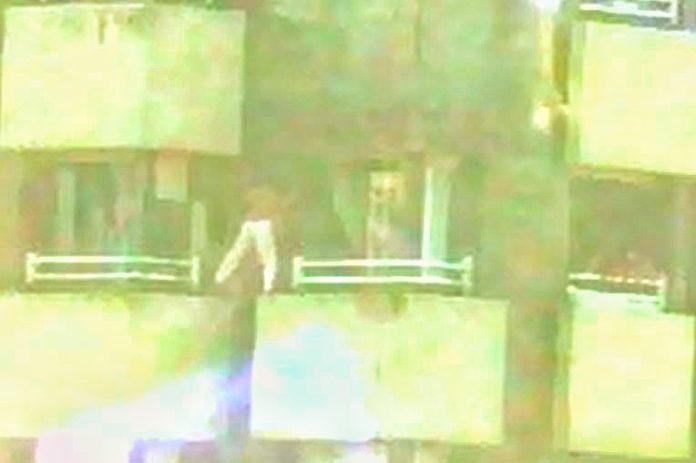 Trés menores xueguen a saltar d'una ventana a otra en Pumarín