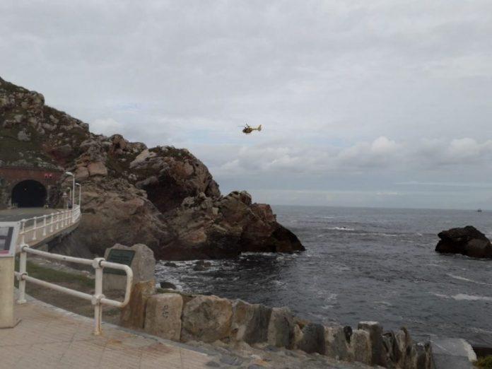 Busquen a una muyer que cayó al mar cuando pescaba en Castrillón