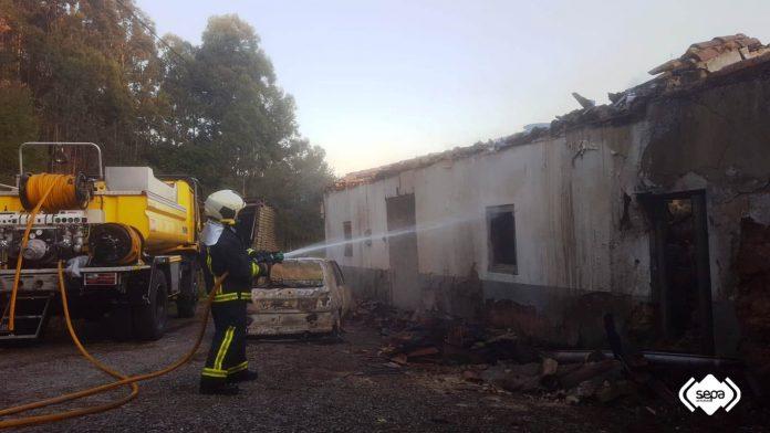 Un incendiu nun coche xamusca una vivienda abandonada en Corvera