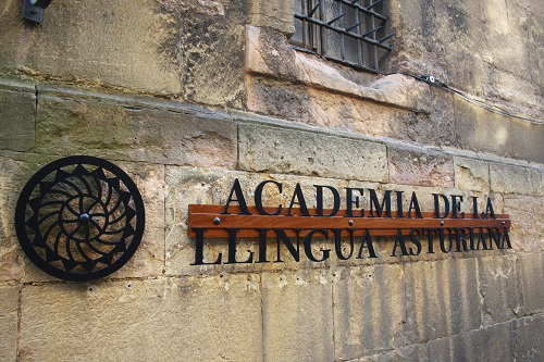 Sede de l'Academia de la Llingua n'Uviéu.