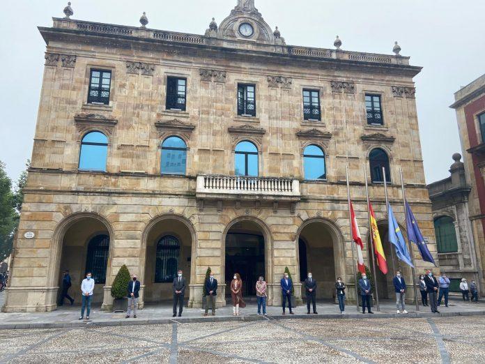 Minutu de silenciu en Xixón poles víctimes de la Covid-19