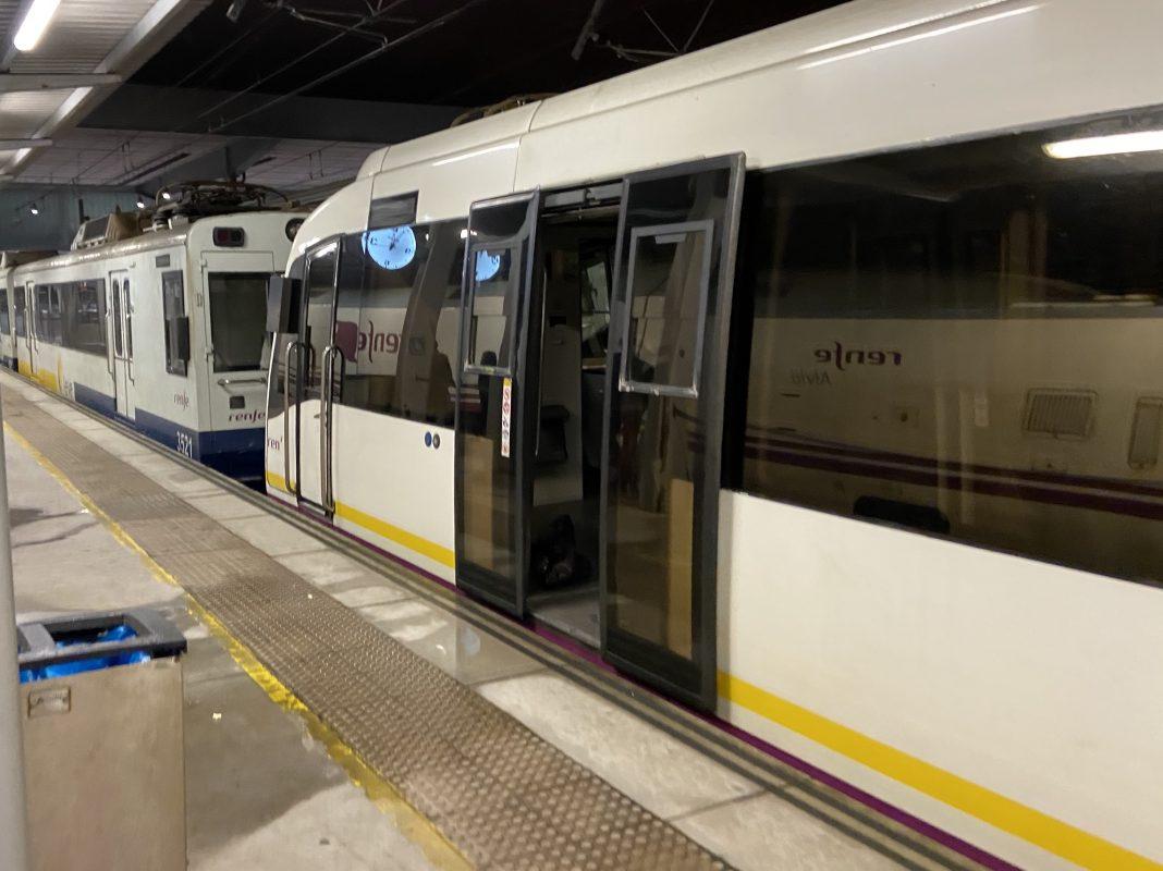 Un tren de Feve na estación provisional de Xixón